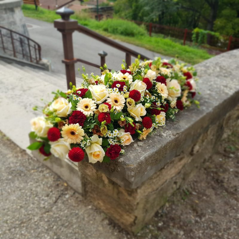 au-paradis-des-fleurs-fleuriste-neuville-sur-saone-mariage dessus de cercueil